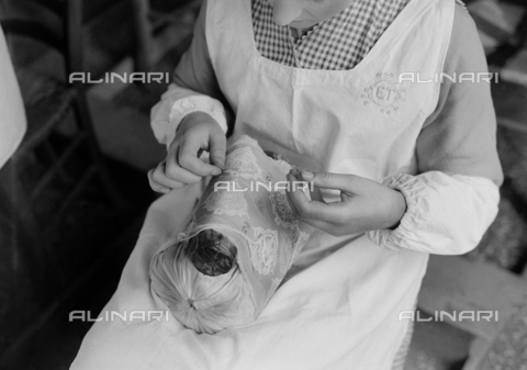 LFA-S-00000F-0520 - Donna che ricama - Data dello scatto: 1958 - Archivi Alinari, Firenze