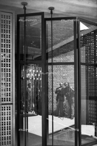 LFA-S-00000F-0531 - Padiglione del Venezuela realizzato dall'architetto Carlo Scarpa alla Biennale del Venezuela; nel vetro si vedono riflessi il fotografo Ferruccio Leiss e lo stesso Carlo Scarpa - Data dello scatto: 1950 ca. - Archivi Alinari, Firenze