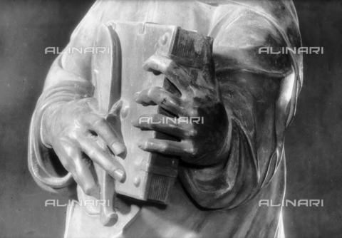 LFA-S-00000H-0705 - Statua di San Bartolomeo (particolare della mano), Torcello, Venezia - Data dello scatto: 1950 ca. - Archivi Alinari, Firenze