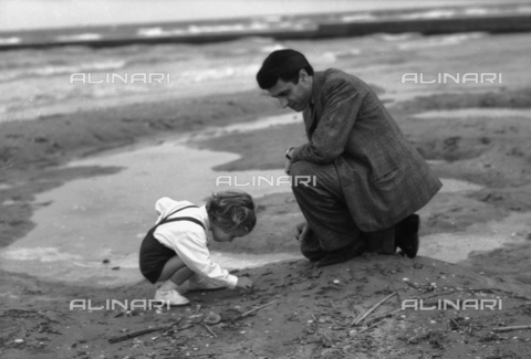 LFA-S-00000X-0010 - Girl gathering shells with her father, Lido of Venice