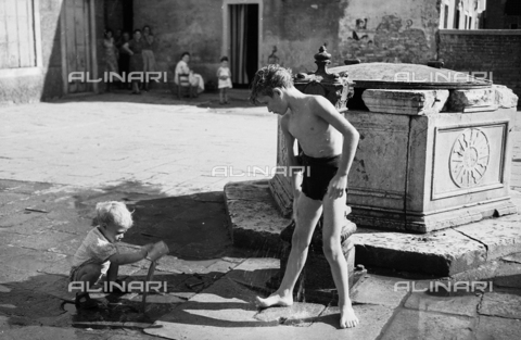LFA-S-0000F3-0314 - Children playing with the water from a fountain in Venice