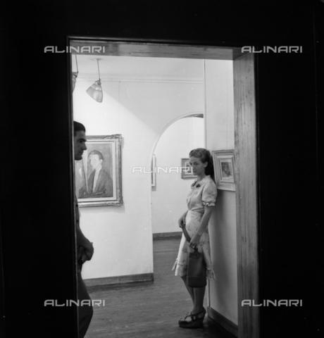LFA-S-0000N1-0169 - Ragazzi in posa tra gli spazi espositivi di una mostra d'arte - Data dello scatto: 1950 ca. - Archivi Alinari, Firenze