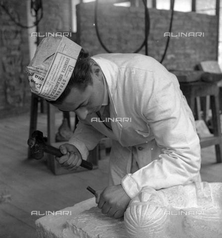 LFA-S-0000O1-0049 - Istituto d'Arte di Venezia: un uomo al lavoro nel laboratorio di scultura - Data dello scatto: 1945 ca. - Archivi Alinari, Firenze