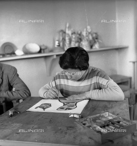 LFA-S-0000O1-0050 - Istituto d'Arte di Venezia: ragazza che dipinge nel laboratorio di pittura - Data dello scatto: 1945 ca. - Archivi Alinari, Firenze
