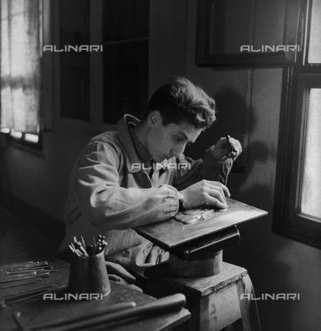 LFA-S-0000O1-0051 - Istituto d'Arte di Venezia: un uomo al lavoro nel laboratorio di oreficeria - Data dello scatto: 1945 ca. - Raccolte Museali Fratelli Alinari (RMFA)-archivio Leiss, Firenze