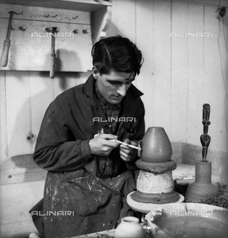 LFA-S-0000O1-0052 - Istituto d'Arte di Venezia: un ragazzo al lavoro al tornio - Data dello scatto: 1945 ca. - Raccolte Museali Fratelli Alinari (RMFA)-archivio Leiss, Firenze