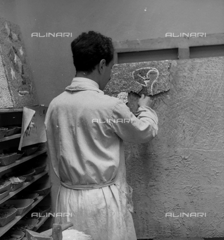 LFA-S-0000O1-0053 - Istituto d'Arte di Venezia: un ragazzo al lavoro per la realizzazione di un mosaico - Data dello scatto: 1945 ca. - Raccolte Museali Fratelli Alinari (RMFA)-archivio Leiss, Firenze