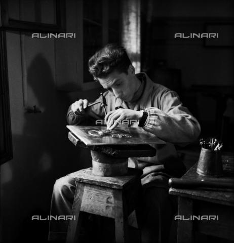 LFA-S-0000O1-0054 - Istituto d'Arte di Venezia: un uomo al lavoro nel laboratorio di oreficeria - Data dello scatto: 1945 ca. - Archivi Alinari, Firenze