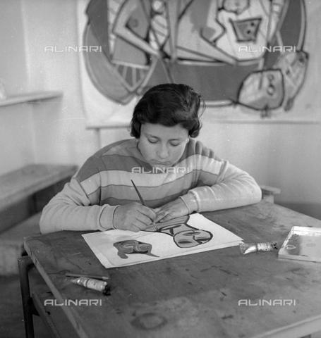 LFA-S-0000O1-0055 - Istituto d'Arte di Venezia: ragazza che dipinge nel laboratorio di pittura - Data dello scatto: 1945 ca. - Raccolte Museali Fratelli Alinari (RMFA)-archivio Leiss, Firenze