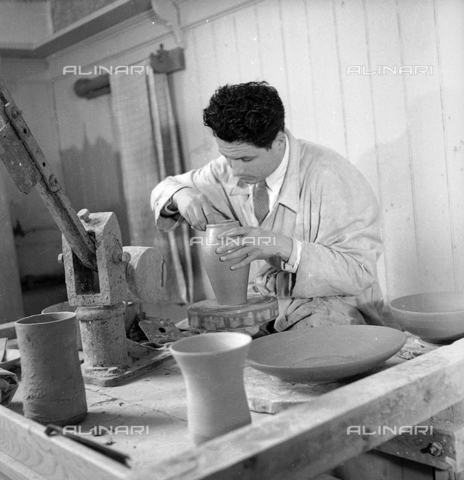 LFA-S-0000O1-0056 - Istituto d'Arte di Venezia: un ragazzo al lavoro al tornio - Data dello scatto: 1945 ca. - Archivi Alinari, Firenze