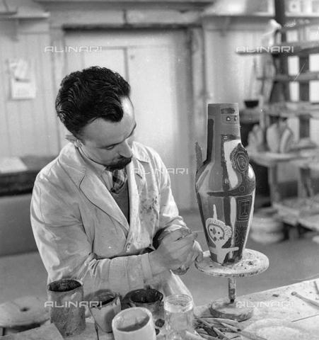 LFA-S-0000O1-0057 - Istituto d'Arte di Venezia: un uomo al lavoro per la decorazione di un vaso - Data dello scatto: 1945 ca. - Archivi Alinari, Firenze