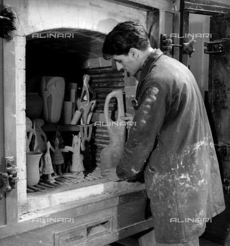 LFA-S-0000O1-0058 - Istituto d'Arte di Venezia: ragazzo davanti al forno del laboratorio di ceramica - Data dello scatto: 1945 ca. - Raccolte Museali Fratelli Alinari (RMFA)-archivio Leiss, Firenze