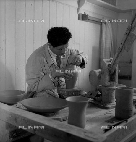 LFA-S-0000O1-0059 - Istituto d'Arte di Venezia: un ragazzo al lavoro al tornio - Data dello scatto: 1945 ca. - Raccolte Museali Fratelli Alinari (RMFA)-archivio Leiss, Firenze