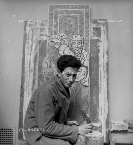LFA-S-0000O1-0060 - Istituto d'Arte di Venezia: un ragazzo al lavoro per la realizzazione di un mosaico - Data dello scatto: 1945 ca. - Raccolte Museali Fratelli Alinari (RMFA)-archivio Leiss, Firenze
