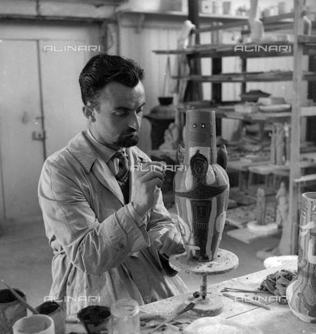LFA-S-0000O1-0061 - Istituto d'Arte di Venezia: un uomo al lavoro per la decorazione di un vaso - Data dello scatto: 1945 ca. - Archivi Alinari, Firenze