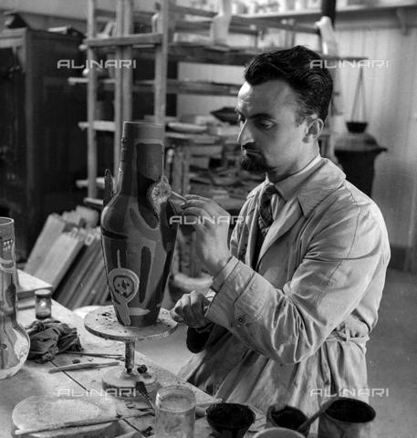 LFA-S-0000O1-0062 - Istituto d'Arte di Venezia: un uomo al lavoro per la decorazione di un vaso - Data dello scatto: 1945 ca. - Raccolte Museali Fratelli Alinari (RMFA)-archivio Leiss, Firenze