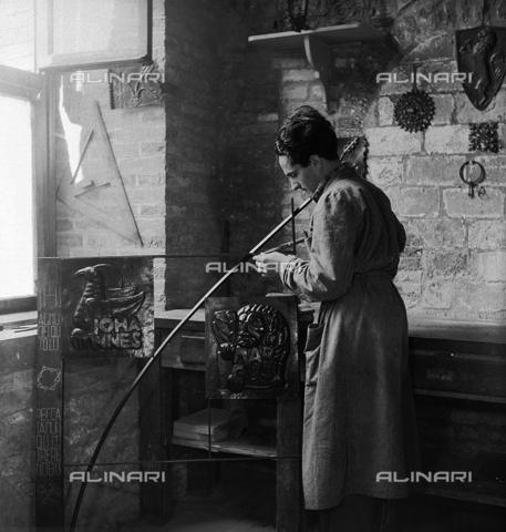 LFA-S-0000O1-0063 - Istituto d'Arte di Venezia: un uomo al lavoro nel laboratorio di scultura - Data dello scatto: 1945 ca. - Archivi Alinari, Firenze