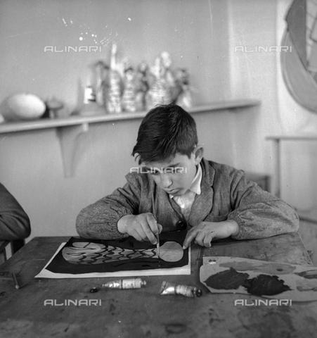 LFA-S-0000O1-0064 - Istituto d'Arte di Venezia: un bambino che dipinge nel laboratorio di pittura - Data dello scatto: 1945 ca. - Raccolte Museali Fratelli Alinari (RMFA)-archivio Leiss, Firenze