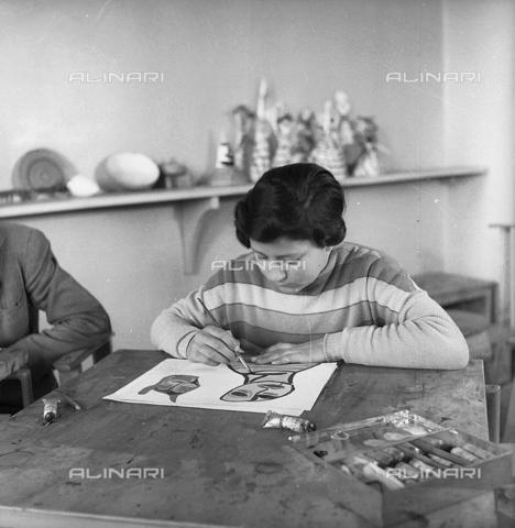 LFA-S-0000O1-0065 - Istituto d'Arte di Venezia: ragazza che dipinge nel laboratorio di pittura - Data dello scatto: 1945 ca. - Archivi Alinari, Firenze