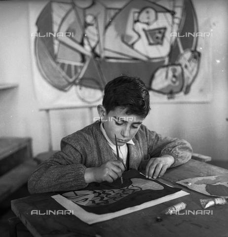 LFA-S-0000O1-0066 - Istituto d'Arte di Venezia: un bambino che dipinge nel laboratorio di pittura - Data dello scatto: 1945 ca. - Raccolte Museali Fratelli Alinari (RMFA)-archivio Leiss, Firenze