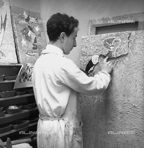 LFA-S-0000O1-0068 - Istituto d'Arte di Venezia: un ragazzo al lavoro per la realizzazione di un mosaico - Data dello scatto: 1945 ca. - Raccolte Museali Fratelli Alinari (RMFA)-archivio Leiss, Firenze