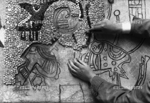 LFA-S-0000O1-0072 - Istituto d'Arte di Venezia: un mosaico realizzato da uno dei ragazzi della scuola - Data dello scatto: 1945 ca. - Archivi Alinari, Firenze