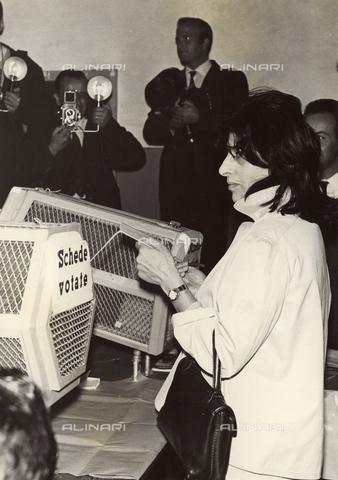 LLA-F-00M454-0000 - L'attrice Anna Magnani vota per il referendum Monarchia o Repubblica - Data dello scatto: 02/06/1946 - Archivio Luigi Leoni / Archivi Alinari