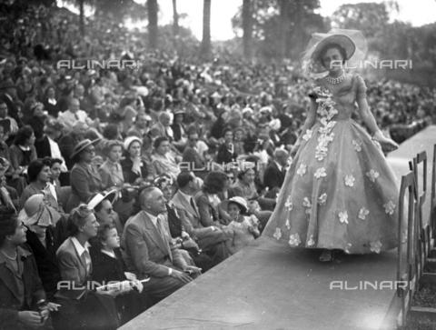 LLA-F-A00058-0000 - Sfilata di moda durante un concorso ippico in Piazza di Siena - Data dello scatto: 1932 - Archivio Luigi Leoni / Archivi Alinari