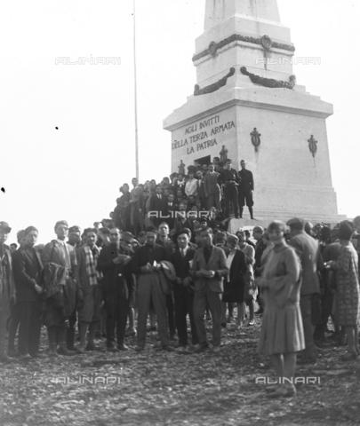 LLA-S-000046-0001 - Studenti universitari durante una celebrazione al Cimitero degli Invitti - Data dello scatto: 1928 - Archivio Luigi Leoni / Archivi Alinari