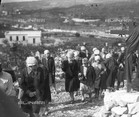 LLA-S-000046-0003 - Giovani donne durante una celebrazione al Cimitero degli Invitti - Data dello scatto: 1928 - Archivio Luigi Leoni / Archivi Alinari