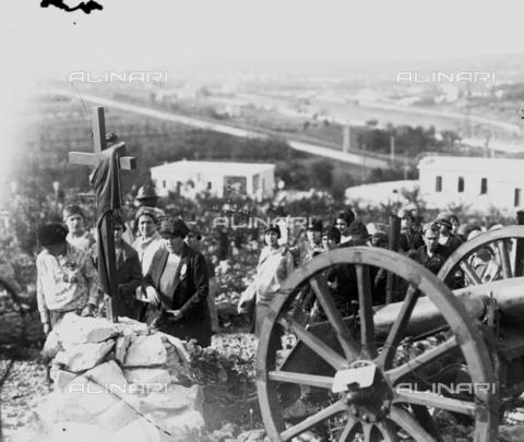 LLA-S-000046-0005 - Giovani donne durante una celebrazione al Cimitero degli Invitti - Data dello scatto: 1928 - Archivio Luigi Leoni / Archivi Alinari