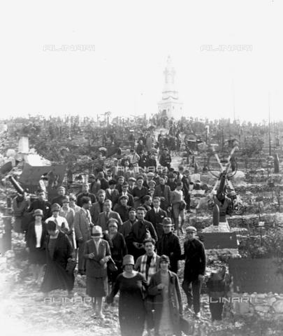 LLA-S-000046-0006 - Studenti universitari durante una celebrazione al Cimitero degli Invitti - Data dello scatto: 1928 - Archivio Luigi Leoni / Archivi Alinari