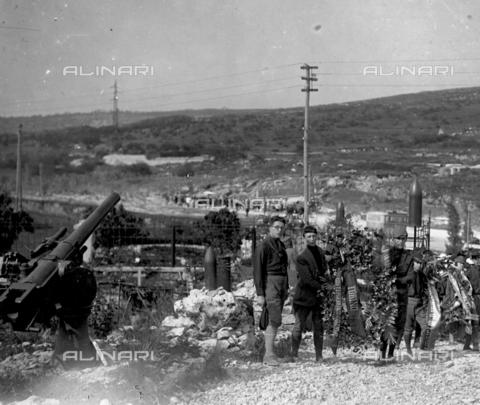 LLA-S-000046-0007 - Studenti universitari durante una celebrazione al Cimitero degli Invitti - Data dello scatto: 1928 - Archivio Luigi Leoni / Archivi Alinari