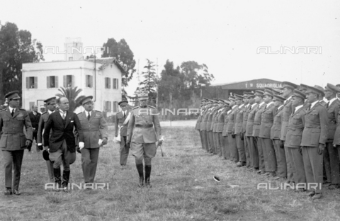 LLA-S-000MM2-0001 - Benito Mussolini (1883-1945) passa in rivista le forze aeree all'aeroporto di Centocelle - Data dello scatto: 1926 - Archivio Luigi Leoni / Archivi Alinari