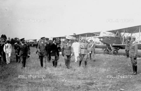 LLA-S-000MM2-0003 - Benito Mussolini (1883-1945) passa in rivista le forze aeree all'aeroporto di Centocelle - Data dello scatto: 1926 - Archivio Luigi Leoni / Archivi Alinari