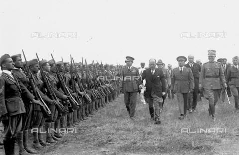 LLA-S-000MM2-0004 - Benito Mussolini (1883-1945) passa in rivista le forze aeree all'aeroporto di Centocelle - Data dello scatto: 1926 - Archivio Luigi Leoni / Archivi Alinari