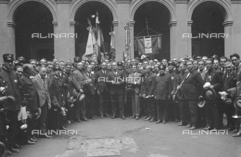 LLA-S-000MM4-0002 - Benito Mussolini (1883-1945) ritratto a Palazzo Chigi con una rappresentanza del sindacato dei tranvieri - Data dello scatto: 1926 - Archivio Luigi Leoni / Archivi Alinari
