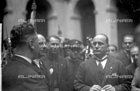 LLA-S-000MM4-0003 - Benito Mussolini (1883-1945) portrayed in Palazzo Chigi with a representative of the tram drivers union - Date of photography: 1926 - Luigi Leoni Archive / Alinari Archives