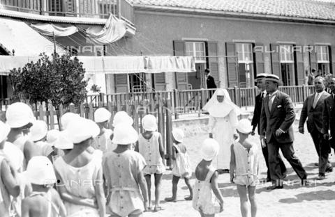 LLA-S-000MM8-0002 - Benito Mussolini (1883-1945) in visita alle colonie marine insieme al Governatore di Roma Filippo Cremonesi (1872–1942) - Data dello scatto: 01/06/1926-31/08/1926 - Archivio Luigi Leoni / Archivi Alinari