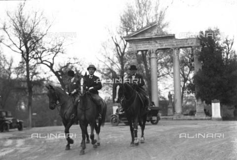 LLA-S-00MM17-0002 - Benito Mussolini (1883-1945) ritratto a cavallo a Villa Borghese insieme al suo istruttore Camillo Ridolfi - Data dello scatto: 1926 - Archivio Luigi Leoni / Archivi Alinari