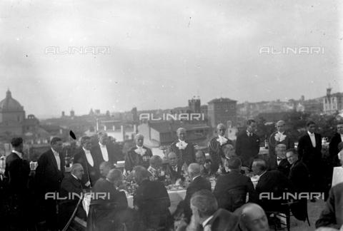 LLA-S-00MM20-0001 - Benito Mussolini (1883-1945) durante un ricevimento organizzato su una terrazza all'aperto - Data dello scatto: 1926 - Archivio Luigi Leoni / Archivi Alinari