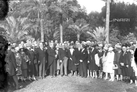 LLA-S-00MM20-0002 - Benito Mussolini (1883-1945) ritratto nel giardino di Villa Torlonia insieme ai partecipanti americani ad un congresso di medicina - Data dello scatto: 1926 - Archivio Luigi Leoni / Archivi Alinari