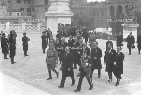 LLA-S-00MM27-0001 - Benito Mussolini (1883-1945) e il generale Armando Diaz (1861-1928)si recano alla tomba del Milite Ignoto nel giorno dell'anniversario della Vittoria insieme ad alcune autorità politiche e militari tra cui l'ammiraglio Thaon di Revel (1859-1948), Giuseppe Volpi (1877-1947), Filippo Cremonesi (1872–1942), Costanzo Ciano (1876-1939) - Data dello scatto: 04/11/1926 - Archivio Luigi Leoni / Archivi Alinari
