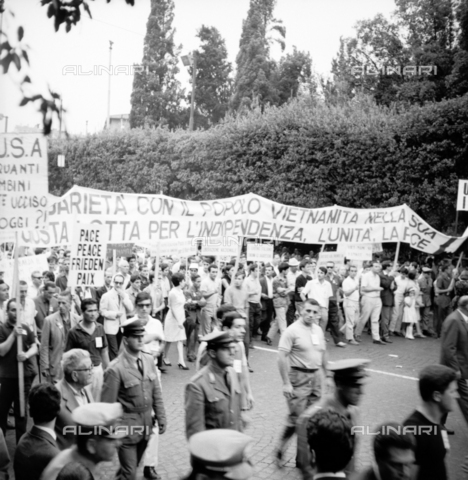 LLA-S-00X241-0001 - march of peace, demonstrator, manifest, demonstrators, procession, left, communism - Data dello scatto: 27/07/1966 - Luigi Leoni Archive / Alinari Archives