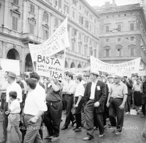 LLA-S-00X241-0003 - march of peace, demonstrator, manifest, demonstrators, procession, left, communism - Data dello scatto: 27/07/1966 - Luigi Leoni Archive / Alinari Archives