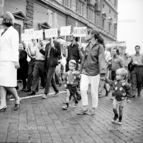 LLA-S-00X241-0005 - march of peace, demonstrator, manifest, demonstrators, procession, left, communism - Data dello scatto: 27/07/1966 - Luigi Leoni Archive / Alinari Archives