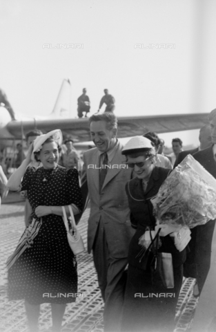 LLA-S-00X276-0001 - The American film designer and producer Walt Disney (1901-1966) with his wife at the Rome airport - Data dello scatto: 1950-1960 ca. - Luigi Leoni Archive / Alinari Archives