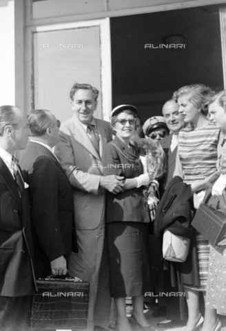 LLA-S-00X276-0002 - The American film designer and producer Walt Disney (1901-1966) with his wife and daughter at the Rome airport - Data dello scatto: 1950-1960 ca. - Luigi Leoni Archive / Alinari Archives