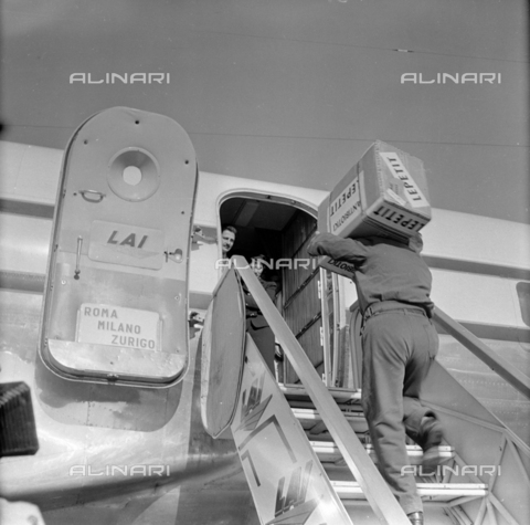 LLA-S-00X293-A001 - The pharmaceutical company Lepetit sends antibiotics from Ciampino airport to Hungary - Data dello scatto: 29/10/1955 - Luigi Leoni Archive / Alinari Archives