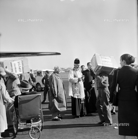 LLA-S-00X293-A002 - The pharmaceutical company Lepetit sends antibiotics from Ciampino airport to Hungary - Data dello scatto: 29/10/1955 - Luigi Leoni Archive / Alinari Archives